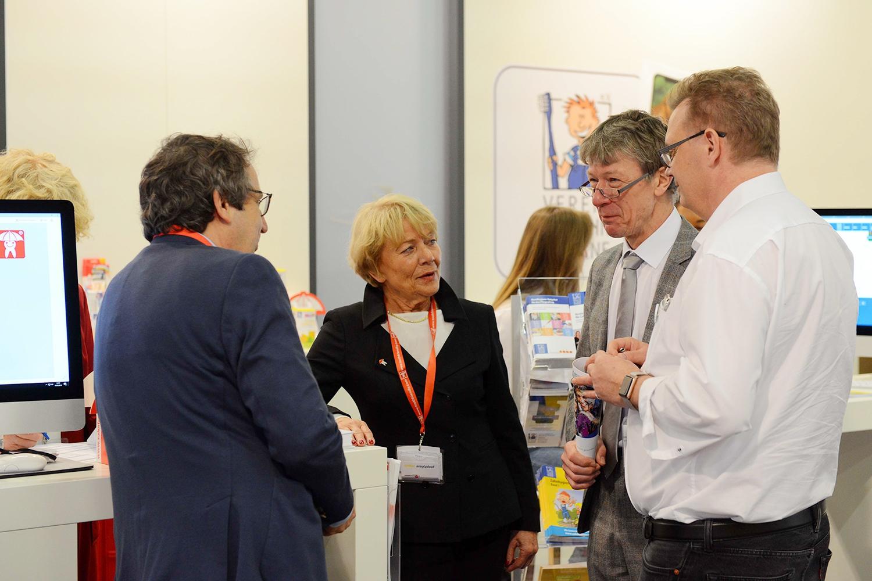Prof. Zimmer und H. von Bergh im Gespräch mit Prof. Oesterreich und Prof. Benz