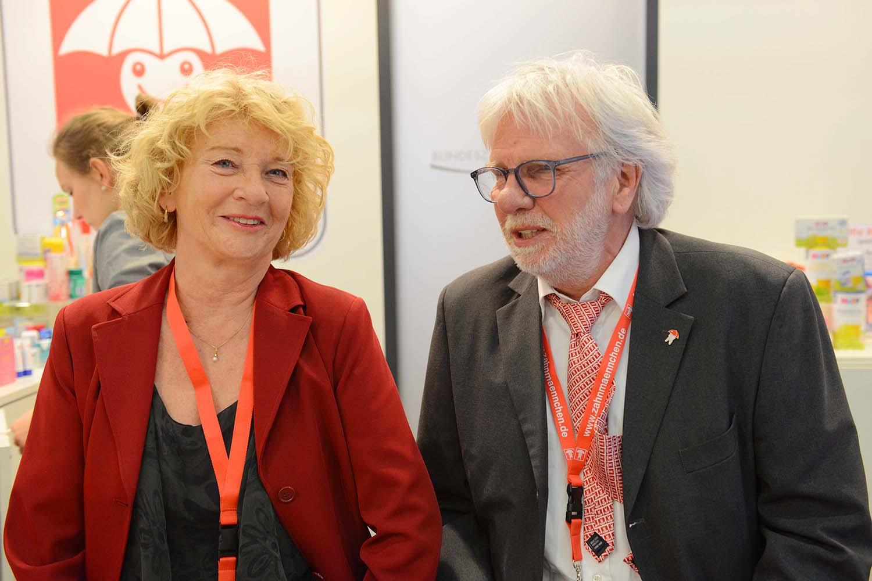 In bewährten Händen: die AZeV-Standleitung Brigitte Berenson und Charly Hoefke-Winkler